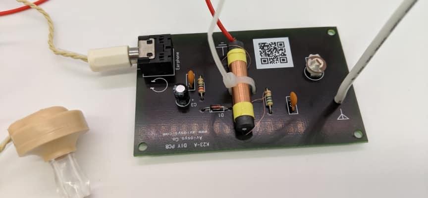 はんだ付けから電気・電波の基礎が学べる電池不要のラジオキット!